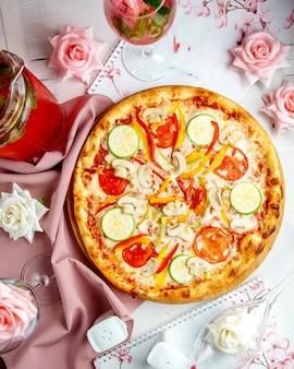 Knusprige pizza mit pilzzucchini und paprika