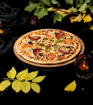 Knusprige pizza mit wurst mischen