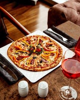 Knusprige pizza mit wurst und paprika