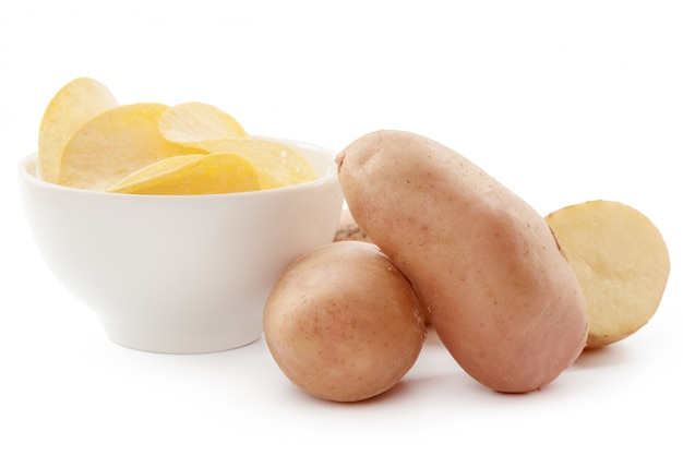 Knusprige pommes und rohe kartoffeln