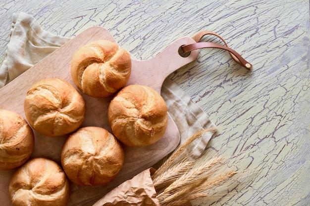 Knusprige runde brötchen, bekannt als kaiser- oder wiener brötchen auf leinenhandtuch