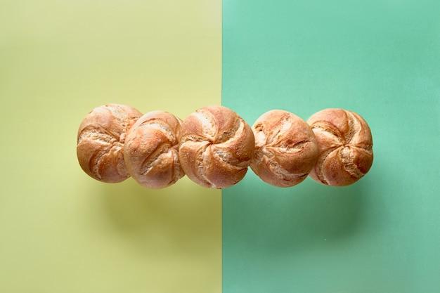 Knusprige runde brötchen, bekannt als kaiser- oder wiener brötchen, auf papierwand