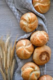 Knusprige runde brötchen, bekannt als kaiser oder wiener brötchen