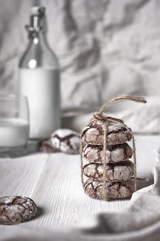Knusprige schokoladenkekse auf hölzernem hintergrund im weinlesestil.