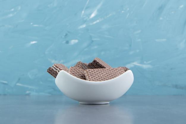 Knusprige schokoladenwaffeln in weißer schüssel.