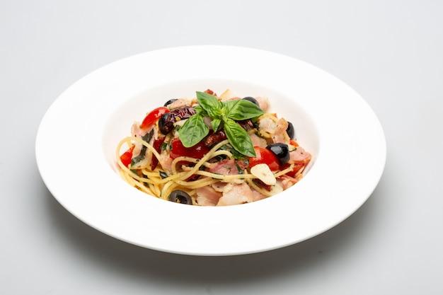 Knusprige speckspaghetti mit gewürzen