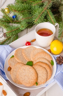 Knusprige vanille mandel cookies auf einem teller für weihnachten und neujahr