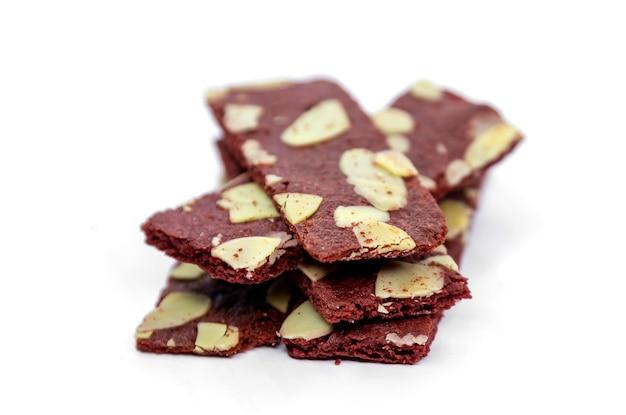 Knuspriger brownies-cracker-snack mit mandelnuss auf weißer, isolierter oberfläche