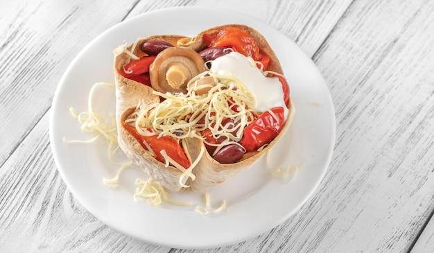 Knuspriger burritokorb mit geröstetem gemüse und käse