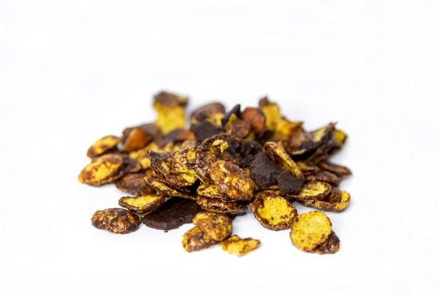 Knuspriger cornflack-schokoladen-snack und mandel-mix auf weiß isoliert
