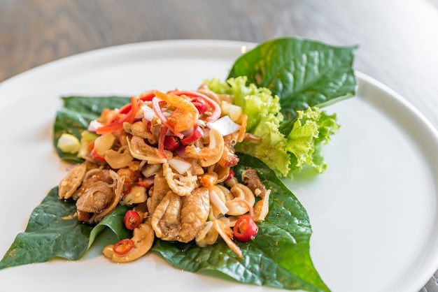 Knuspriger fischmau würziger salat