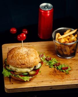 Knuspriger fleisch-cheeseburger und pommes frites