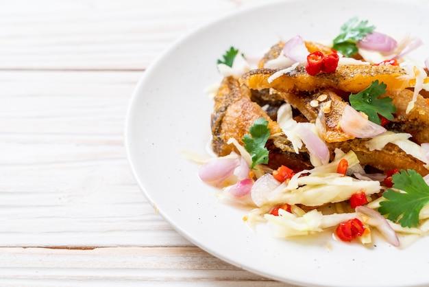 Knuspriger gourami mit würzigem salat