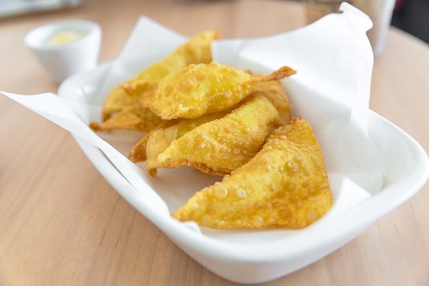 Knuspriger mozzarella-wan-tan