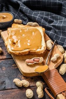 Knuspriger toast mit erdnussbutter zum frühstück