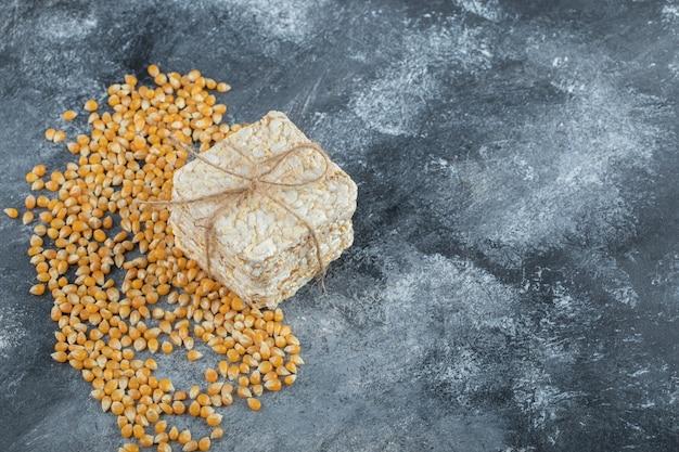 Knuspriges brot im seil mit ungekochten popcornsamen.