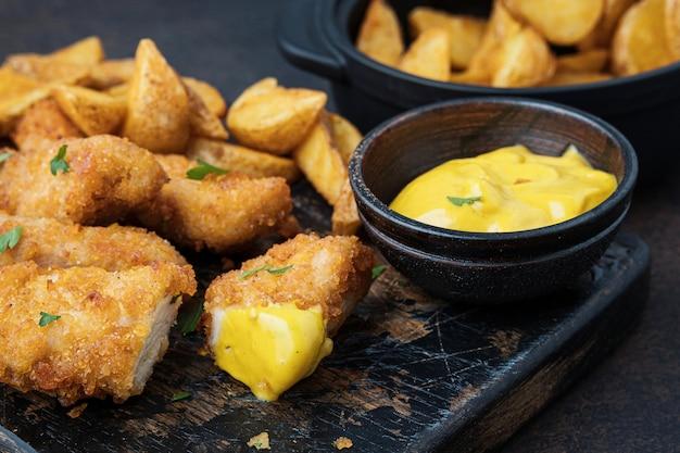 Knuspriges hähnchen mit sauce und kartoffeln