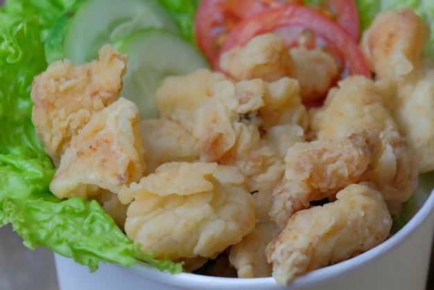 Knuspriges hühnerfilet mit gemüse