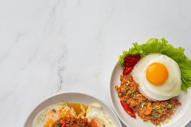 Knuspriges omelett mit gehacktem schweinefleisch und gemischter gemüsesauce