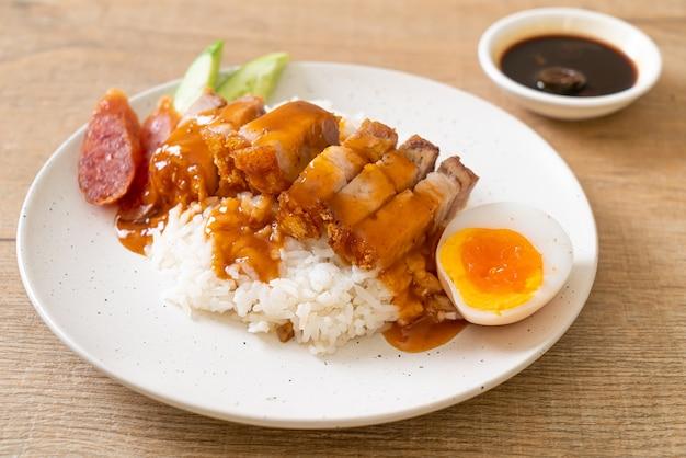 Knuspriges schweinefleisch auf reis mit barbecue-sauce