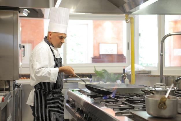 Koch arbeitet in der küche