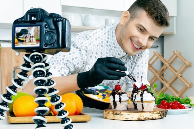 Koch chef food stylist männer in schwarzen handschuhen