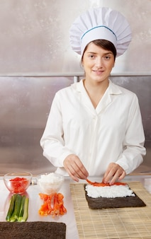 Koch frau macht sushi rollen