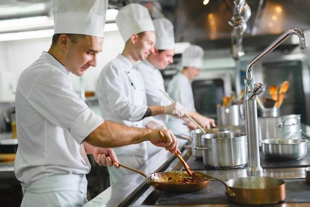 Koch kocht in einem restaurant.