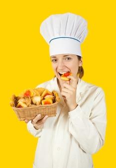 Koch mädchen in toque mit gebäck