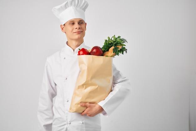 Koch mit einem paket frischer lebensmittel kochen