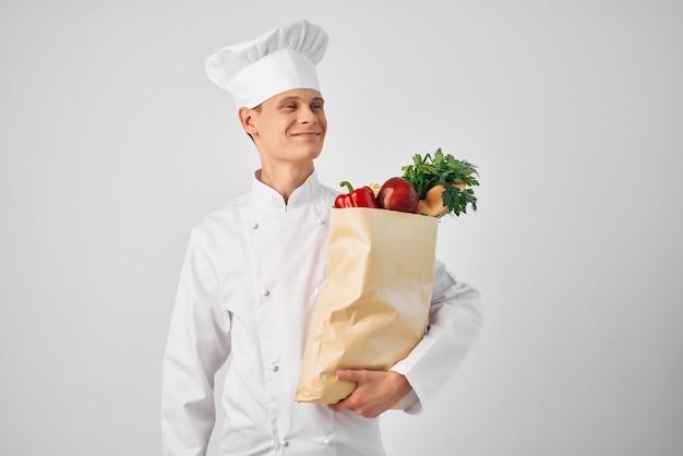 Koch mit einem paket von lebensmitteln küche kochen essen arbeit