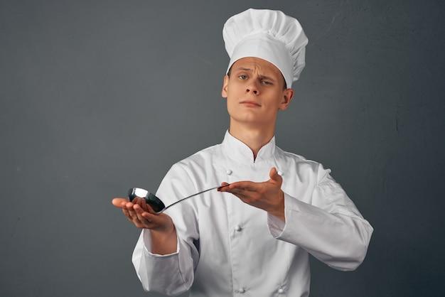 Koch mit einer schöpfkelle in der hand probiert gerichte aus dem restaurant