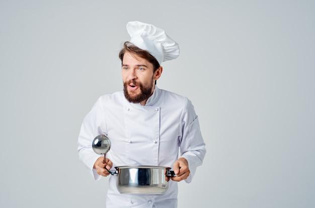 Koch mit kochtopf in den händen im küchenrestaurant-zubereitungsservice