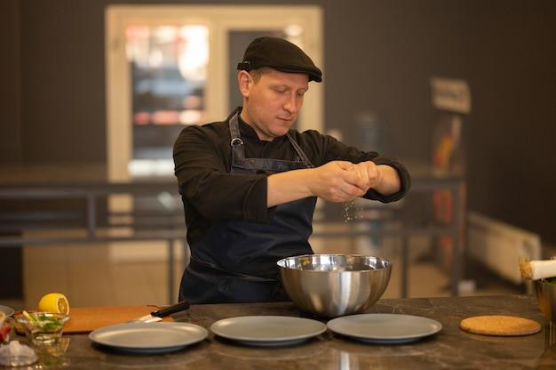 Koch mit mittlerem schuss