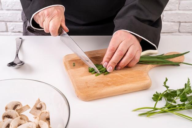 Koch schneidet schnittlauch