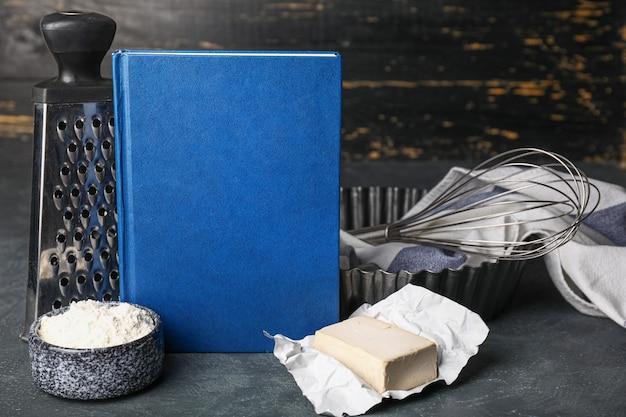 Kochbuch mit produkten auf dunkelheit
