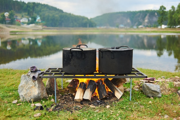 Kochen am feuer für einen campingausflug