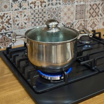 Kochen auf einem gasherd. der topf auf gasbrenner. konzept der hausmannskost.