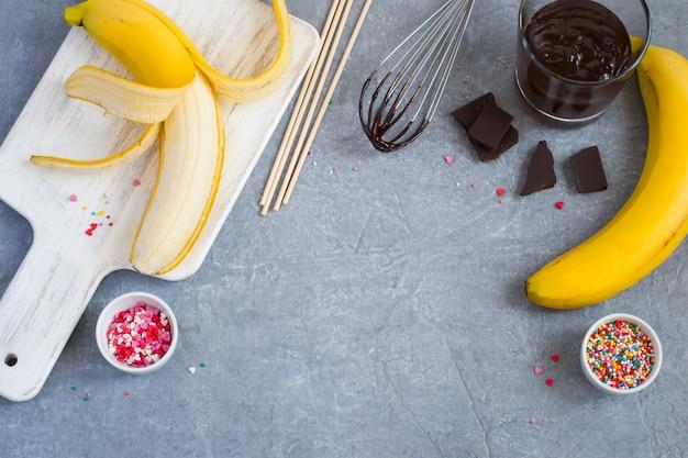 Kochen banana pops, bananen, dunkle schokolade, süßes streuen