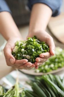 Kochen. chefkoch schneidet gemüse in der küche