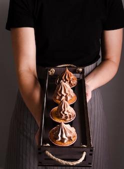 Kochen, das cupcakes mit zuckerguss zeigt