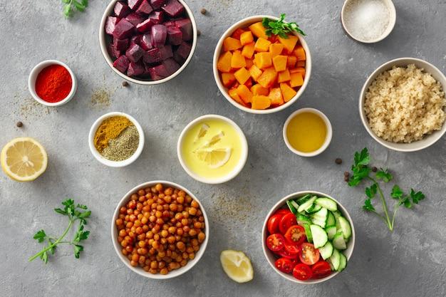 Kochen der draufsicht des gesunden vegetarischen lebensmittels. zutaten für die zubereitung vegane gerichte flach zu legen