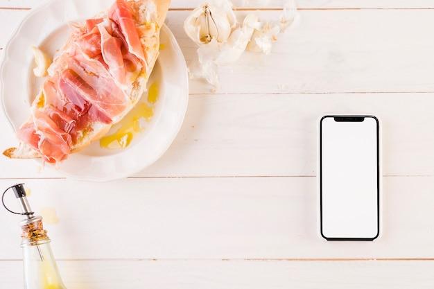 Kochen des desktops mit sandwich und smartphone