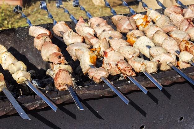 Kochen des fleisches auf der draufsicht des feuers