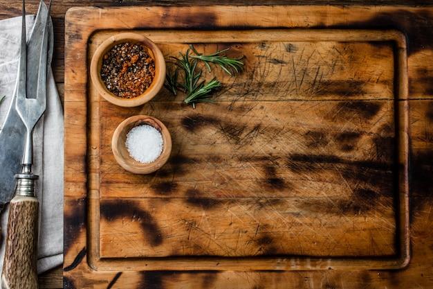 Kochen des hintergrundkonzeptes. vintage schneidebrett mit besteck. ansicht von oben