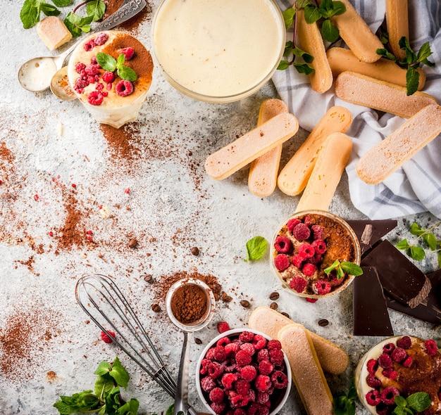 Kochen des italienischen lebensmittelnachtischs tiramisu, mit bestandteilen