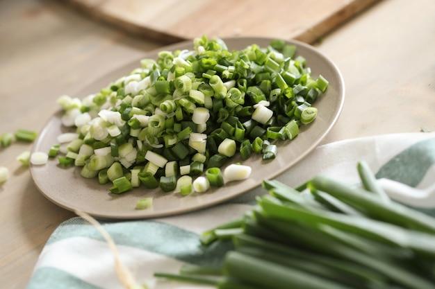 Kochen. frisches grün auf dem tisch