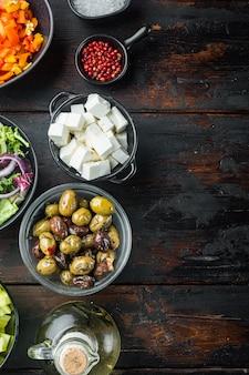 Kochen griechische salatzutat, auf altem dunklem holztisch, draufsicht flach liegen