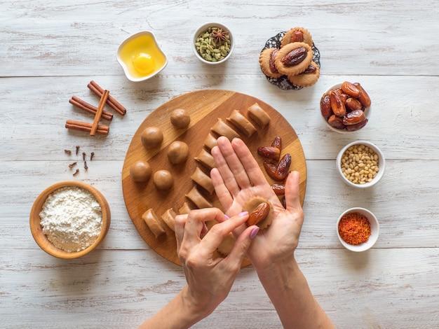 Kochen hausgemachte eid dates süßigkeiten. arabische ramadan-süßigkeiten