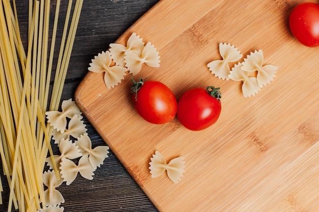 Kochen nudeln mit tomaten, küchentisch